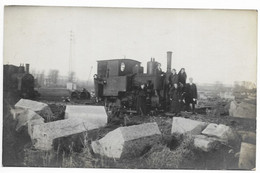 A Identifier  Belle Photo Carte Avec Locomotive  Animée  Train !! - Stations - Met Treinen