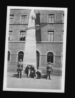 Privat Foto 1933 Stuttgart Im Festschmuck Während Des Deutschen Turnfest, Soldaten An Beflaggter Säule, Davor Kränze - 1939-45