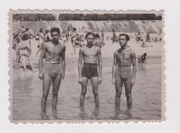 #63100 Vintage Orig Photo Three Muscle Men Guys Swimmers W/trunks Beach Pose - Personas Anónimos