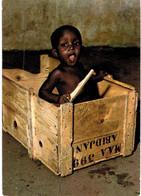 """Afrique - Côte D'ivoire - Bébé D'afrique Dans Une Caisse Portant L'inscription """"Abidjan"""" - Ivoorkust"""