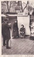 """Scènes Parisiennes. LE PHOTOGRAPHE  (+ Panneau : """"Portraits Instantanés 30 Cts"""") - Other"""