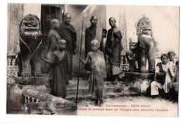 CAMBODGE BONZES SE RENDANT DANS LES VILLAGES POUR CHERCHER L AUMONE TRES ANIMEE - Cambodja