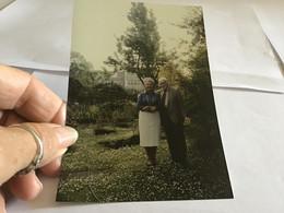 Photo Couleur 1995  Anglais  Angleterre  Femme Homme Se Tiennent Par Le Cou - Luoghi