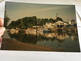 Photo Couleur 1995  Angleterre Royaume Unis Maison Port Bateau Grue - Luoghi