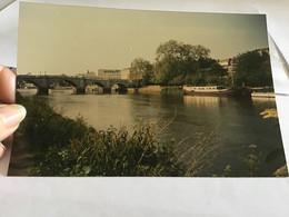 Photo Couleur 1995  Angleterre Royaume Unis Maison Port Bateau Pont - Luoghi
