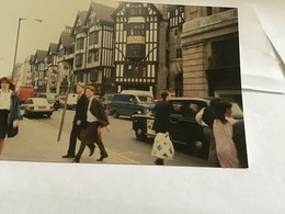 Photo Couleur 1995  Angleterre Royaume Unis Place Voiture Homme Femme - Luoghi