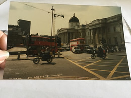 Photo Couleur 1995  Angleterre Royaume Unis Place Voiture Homme Femme Bus Car Grue Moto - Luoghi