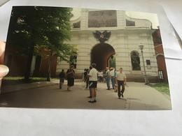 Photo Couleur 1995 Homme Femme Devant Monument - Luoghi