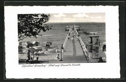 AK Niendorf /Ostsee, Blick Auf Die Landungsbrücke Mit Passanten, Litfasssäule - Advertising