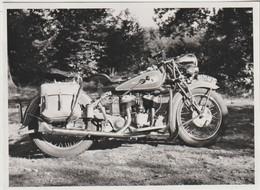 Photo Originale Moto  Une Indian Avec Ses Sacoches  Prise En 1950 Immatriculée 75  Bien Nette - Automobili