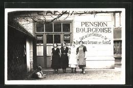 AK Angestellte Des Geschäfts Pension Bourgeoise, Reklame Für Byrrh Auf Emailleschild - Publicité