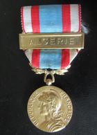 France - Médaille Commémorative Opérations Sécurité Et Maintien De L'Ordre Avec Barrette Algérie - Bronze Doré - France