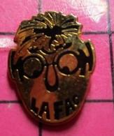 616a Pin's Pins / Beau Et Rare / THEME : MARQUES / TETE D'ETUDIANT A LUNETTES LA FAC - Marche