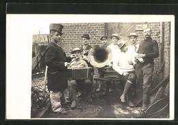 Foto-AK Husarenstreiche, Feiernde Männer Am Grammophon - Ohne Zuordnung
