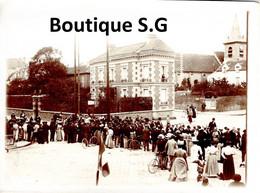Photo Lieux Bezons Distribution De Prix Cortege Maurice BERTEAUX Foule Animée Maison Batiment 12x9cm - Places