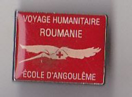 PIN'S   THEME MEDICAL  CROIX ROUGE   ECOLE ANGOULEME VOYAGE HUMANITAIRE ROUMANIE   RARE - Medici