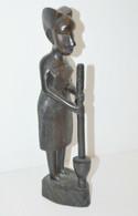 STATUETTE BOIS Foncé Sculpté FEMME AFRICAINE Pilant Le MIL OBJET ETHNIQUE ANCIEN COLLECTION DECO VITRINE - Legni