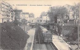 GARES Avec TRAIN - 94 - VINCENNES : Avenue Aubert ( Train En Bon Plan ) CPA - Val De Marne - Stations - Met Treinen