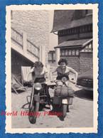 Photo Ancienne Snapshot - NORMANDIE - Beau Portrait De Jeune Fille Sur Moto Et Scooter - Modéle à Identifier - Mode - Automobiles