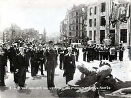 Photo - Années 1945 - Brest - Le Gl DE GAULLE Devant Le Monument Aux Morts - - Guerre, Militaire