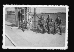 Foto 2. WK Soldaten Luftwaffe Warten Vor Einem Telefon Häuschen An Flughafen, Davor Altes Fahrrad - Oorlog, Militair