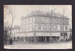 FRANCE  03 VICHY  Avenue Et Place  De La Gare 3740 Petite Tache En Haut Gauche PRENEZ LE TEMPS DE LIRE DESCRIPTION - Vichy
