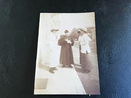Photo (carte Photo Decoupée) 1919 - BOURG EN BRESSE St Georges Curé & Dames élégantes - Places