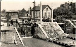 PENICHE         FARGNIERS  L' ECLUSE - Houseboats