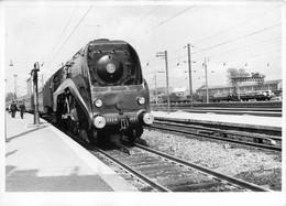 PHOTO - CHEMIN DE FER GARE 59 NORD AULNOYE AYMERIES TRAIN RAILS TRANSPORT CHEMINOT QUAI LOCOMOTIVE - Gares - Avec Trains