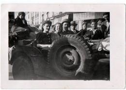 MILITARIA. 39-45 NANCY. PHOTO. LIBERATION De NANCY 15 SEPTEMBRE 1944.CIVILS Dans Une JEEP. - Guerre, Militaire
