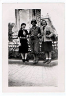 MILITARIA. 39-45 NANCY. PHOTO. LIBERATION De NANCY 15 SEPTEMBRE 1944.PLACE STANISLAS. FEMMES Avec Un G.I. - Guerre, Militaire