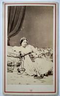 Photographie CDV Second Empire Orientaliste - Jeune Femme Avec Narguilé Chicha  Allongée - Décor Oriental - Circa 1865 - - Old (before 1900)