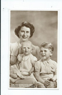 Royalty  Postcard  Queen Elizabeth 2 And Prince Charles And Princess Anne  Unused - Familles Royales