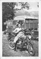 """2214""""FOTO-MILITARE CON MOTO GUZZI ALCE 500 FIAT 51/76 ANNI 50  MISURE (6.50x9.50) - Guerre, Militaire"""
