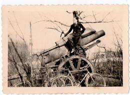 MILITARIA. YUTZ. BASSE-YUTZ (57) JEUNE HOMME PERCHE Sur Un CANON. VELO. 1941 - Oorlog, Militair