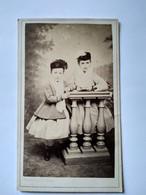 Photographie CDV Second Empire Enfants - Fratrie Deux Sœurs - Voir Bonnets - Mode D'époque - Circa 1865 - TBE - Old (before 1900)