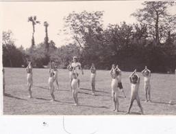 Photo De Particulier Vienne Usson Du Poitou Enfants En Tenue D'Adam Faisant Leur Gymnastique  Juillet 1945 Réf 6629 - Lieux