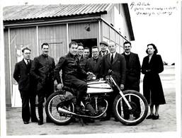 ANCIENNE PHOTO MOTO MONTHLERY 1949 RECORD DES 2 HEURES  A. BELL  SUR MOTO  NORTON  - Photo  -  24x18 Cm - Sport