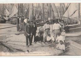 DPT 17 LA ROCHELLE Pêcheurs Raccommodant Leurs Filets  LL CPA TTBE - La Rochelle
