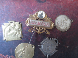 LOT 5 INSIGNES -JOURNEE DU POILU 1915- ORPHELINAT DES ARMEES-JOURNEE DES ORPHELINS-SECOURS NATIONAL-BON POUR LES FILLES - 1914-18