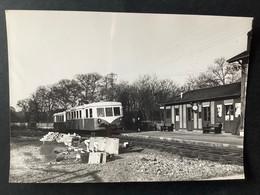 Photographie Originale De J.BAZIN : Train En Gare De COMBREAUX  , Ligne ORLÉANS- MALESHERBES  En 1969 - Trenes