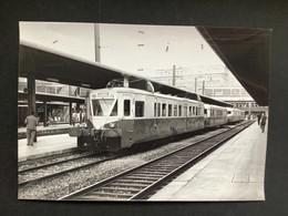 Photographie Originale De J.BAZIN :Les Autorails Aciéries Du Nord ( ADN) Réseau Nord SNCF : Gare D'AMIENS En 1967 - Trains