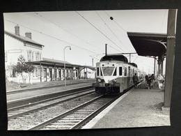 Photographie Originale De J.BAZIN :Les Autorails Aciéries Du Nord ( ADN) Réseau NORD- Gare D'ACHIET En 1958 - Trains