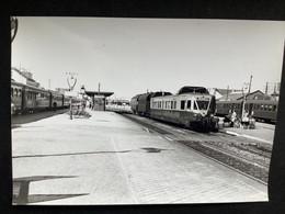 Photographie Originale De J.BAZIN :Les Autorails Aciéries Du Nord ( ADN) Réseau NORD- SNCF : Gare De COMPIEGNE En 1952 - Trains