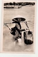 CARTE PHOTO ORIGINALE HOA GUI POSTALE : VIET NAM ;  LA CORVEE D'EAU  .CIRCULEE - Vietnam