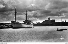 Photo Cpsm 29 ROSCOFF. Chalutier Au Port Et Chapelle Sainte-Barbe 1961 - Roscoff