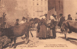 SAINT-ETIENNE-de-TINEE - Entrée Du Village Un Jour De Foire Aux Bestiaux - Vaches - Hôtel Issautier - Saint-Etienne-de-Tinée