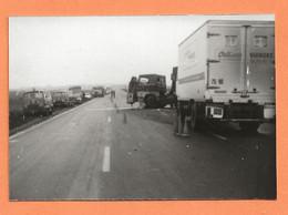 PHOTO ORIGINALE 1976 ANGERVILLE ESSONNE - ACCIDENT DE CAMION SEMI REMORQUE ORLÉANS VIANDES - J 7 - CAR TRUCK - Cars
