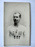 CDV  Portrait Sportif Athlète Gymnaste - Nombreuses Médailles - Photo Finne , Christiania ( Oslo ) - BE - Sport