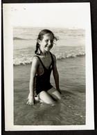 Photo Originale 9 X 6,5 Cm - Fillette Dans La Mer - Voir Scan - Persone Anonimi